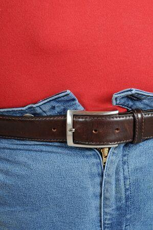 jeans apretados: Hombre gordo con pantalones vaqueros muy ajustados