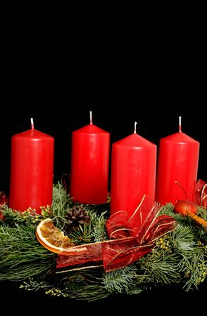Corona de Adviento con velas rojas photo