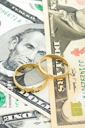 anillo de boda: Dos anillos de boda y el dinero como s�mbolo de una alianza fr caro