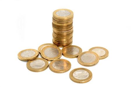 Stack van een euro munten in de voorkant van een witte achtergrond Stockfoto