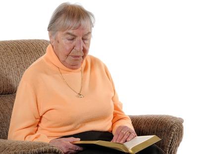 Oude vrouw die een boek leest