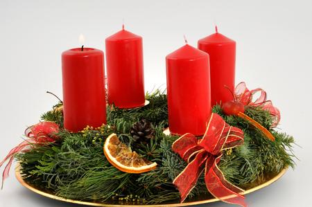 flamme: Adventskranz mit roten Kerzen  Advent wreath with red candles