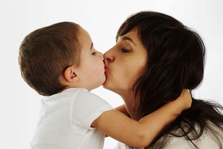 beso labios: La madre y el hijo suavemente besos y abrazos