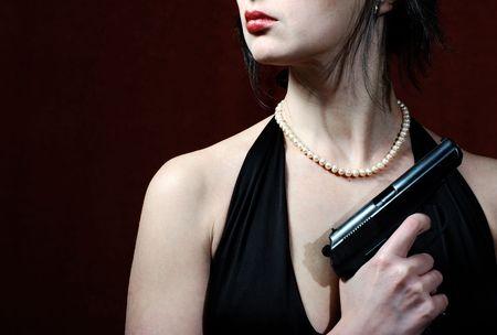 robe de soir�e: Belle femme en robe du soir avec arme � feu, juste des l�vres et torse