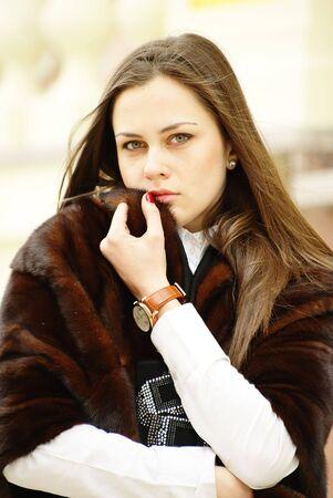robo: Preciosa ni�a en pieles rob� con pelo largo en el viento Foto de archivo