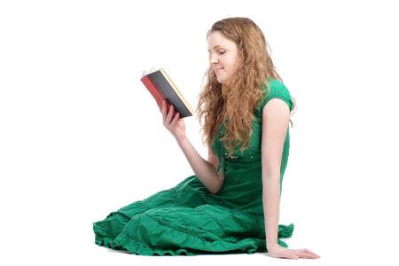 Mujer pelirroja en vestido verde leyendo libro aislado en blanco Foto de archivo - 8472497