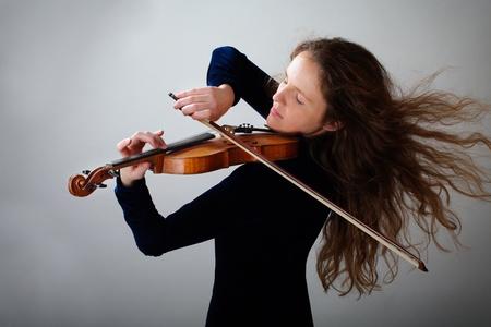 Magnifique violoniste redhead femme sur fond dégradé gris Banque d'images - 8472501