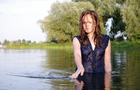 mujer pensativa: Extraña mujer vestida de bañistas pelirroja pensativo