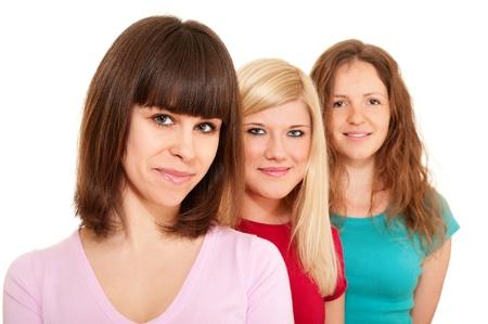 Tres mujeres morenas, rubias y una pelirroja en una fila aislados en blanco