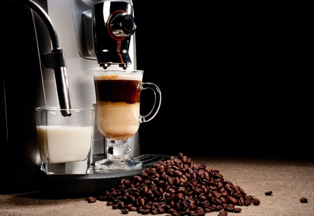 Coffee machine milk glass and beans heap Banque d'images