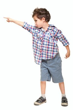 enfant fach�: Petit gar�on pointant � l'oppos� isol� sur blanc
