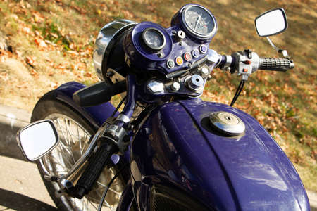 Vintage motorcycle on a sunny summer day at a moto camping. Blue vintage motorcycle close-up. Banque d'images