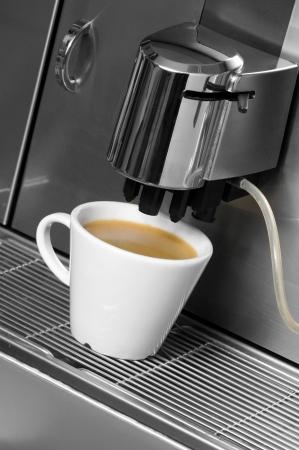 コーヒー メーカーからコーヒーを準備 写真素材
