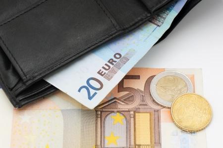 黒革の財布とお金のユーロ