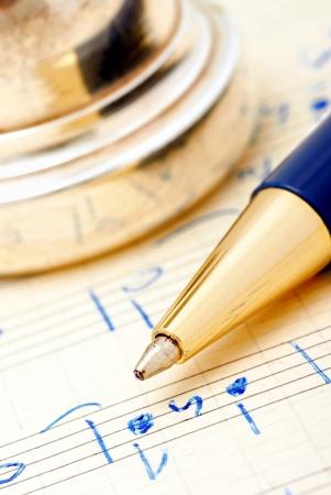 ボールペンのペンで手書きのメモのクローズ アップ