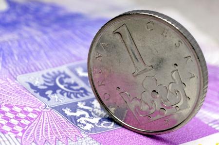 チェコの金の王冠が紙幣の上に立つ