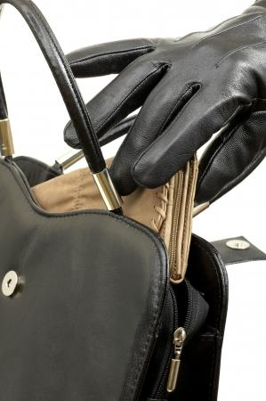 arracher: Prenant la pochette de son sac � main dans un gant de cuir