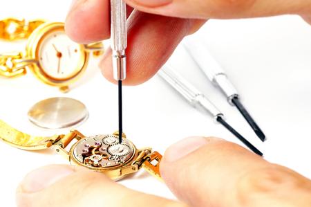 punctual: La reparación de viejas relojes mecánicos Foto de archivo