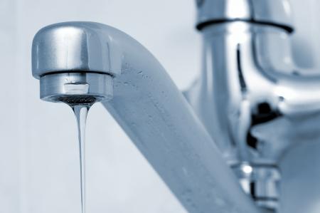 llave agua: Chorro d�bil de agua que fluye del grifo