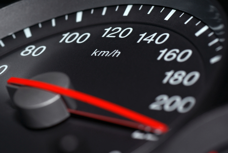 velocímetro: Conductor del velocímetro del coche enfatizando menor velocidad