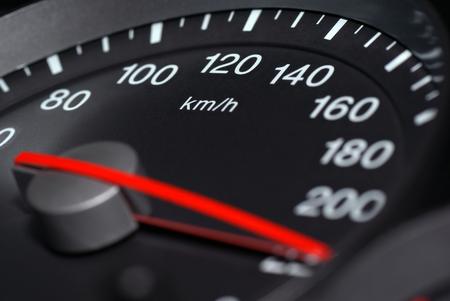 Snelheidsmeter van de auto rijden met nadruk op lagere snelheid