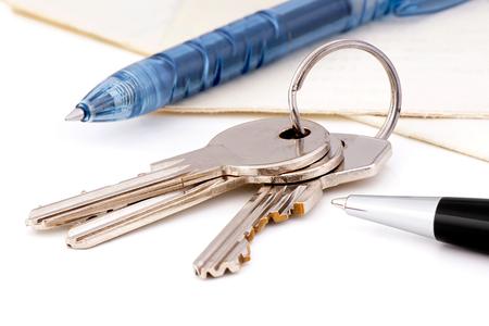 家の鍵やボールペンでドキュメント 写真素材