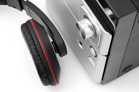 apparato riproduttore: Vista dall'alto di un sistema hi-fi e cuffie.