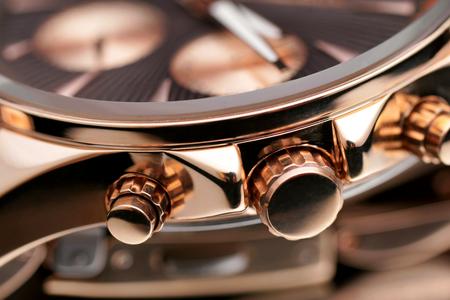 クローズ アップ ボタン ゴールド腕時計。