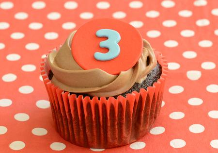 lunares rojos: �nico cupcake de chocolate helado con el n�mero 3 en rojo lunares servilleta de cerca