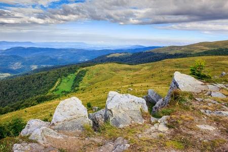 ridges: enormi e affilate creste rocciose verso un panorama di montagna Archivio Fotografico