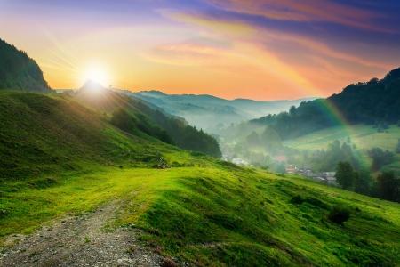 夏涼しい朝の霧の村に近い丘の中腹に草原