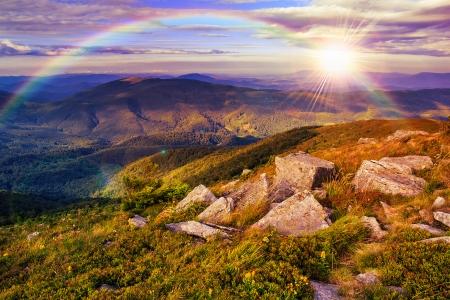 山の風景。石の丘の中腹にある谷。光のビームの下で山の森、丘の上にクリアに落ちる。