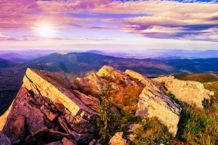 トップ山斜面で岩が多い棚 写真素材