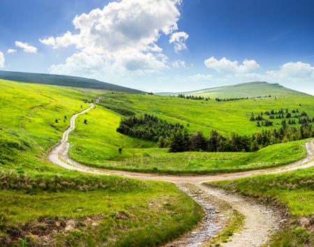 Paysage composite. clôture près de la route à flanc de colline croix prairie dans les montagnes. quelques sapins de la forêt sur les côtés de la route Banque d'images - 35002429