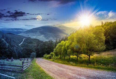 Tag und Nacht Collage Landschaft. Zaun in der Nähe von Straße, die den Berg hinunter durch Wiese und Wald zu den hohen Bergen mit Sonne und Mond