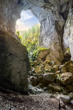 ルーマニアの Cetatile 洞窟。自然要塞川ルーマニア山の中で朝の光の彫刻