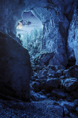 completo: Cetatile cueva en Rumania. ciudadela natural esculpido por el r�o en monta�as rumanos de la noche a la luz de la luna ful Foto de archivo