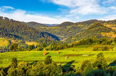 中山間地域の日の出の丘に干し草の山で農業分野。気持が良い田園風景の景観