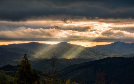 カルパティア バレー太陽光線に照らされて。曇り日没で壮大な山の風景