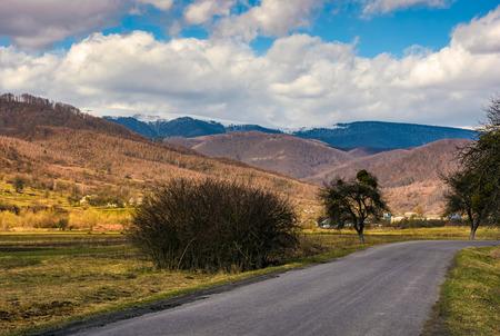좁은 시골 아스팔트 도로 마을 계곡을 통해. 흐린 하늘 산 풍경