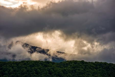 日の出山の尾根上の豪華なカラフルな cloudscape