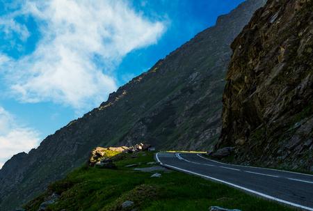 丘の中腹の端にアスファルトの道路。山の危険な方法