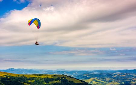 Skydiving vliegen in de wolken over de bergen. Parachute extreme sport