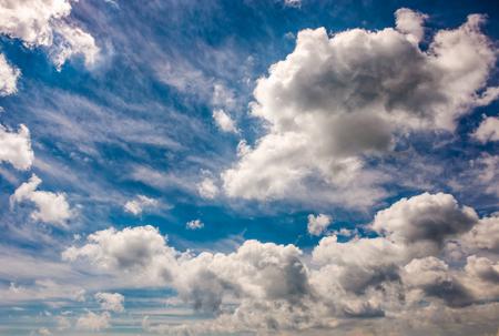 ダイナミックな雲の配置と劇的な空。曇りの天候の背景 写真素材