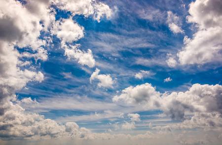 동적 구름 배열을 가진 극적인 하늘입니다. 흐린 날씨 배경