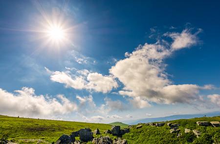 바위 언덕 산들과 구름과 푸른 하늘에 햇살 스톡 콘텐츠