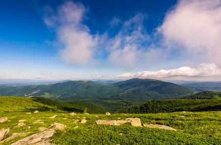 岩が多い山腹で山を越え曇りの青い空。カルパティア山脈の豪華な自然 写真素材