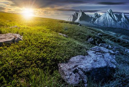高タトラ山の夏の風景、変革概念を昼と夜の時間。太陽と月丘の上に草の間で巨大な石と草原の近くの山脈のピーク 写真素材