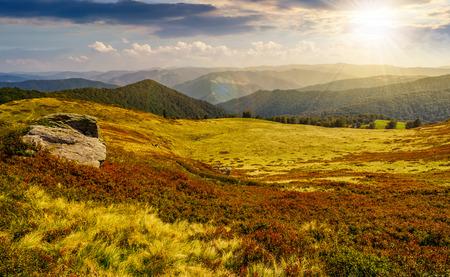 산의 가장자리에 거대한 바위. 석양에 여름 산 풍경에 좋은 날씨
