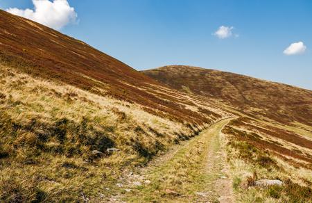赤みを帯びた丘と山の道。9 月の天気